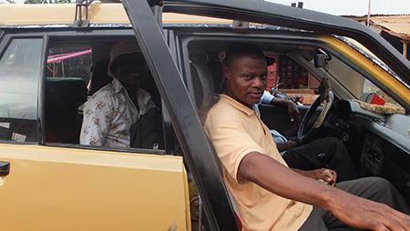 16 h – Départ de Cotonou avec Gabriel et July. Nous avons loué un taxi dans lequel nous avons chargé le matériel de régie, l'écran et le générateur électrique.