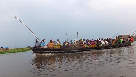 Pendant les 4 km de traversée, nous croisons des villageois qui rentrent du marché de Dantokpa.