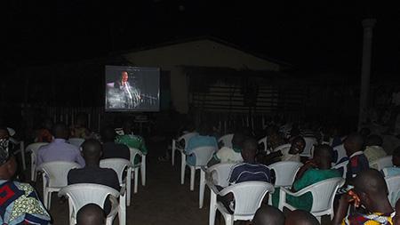 19 h – La soirée commence avec une première partie musicale, suivie par la projection d'une conférence de Prem Rawat. 200 personnes y assistent.