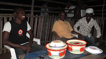 20 h 30 – Les habitants du village nous offre à dîner avant que nous ne rentrions.